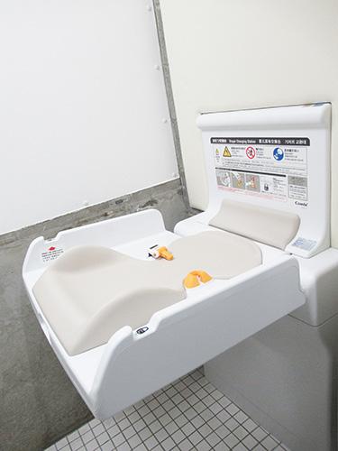 トイレ お子様用ベッドがありおむつ替えにご利用できます